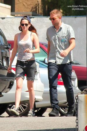 . .10 Avril 2013 . Sortie de Robert avec Kristen et des amis dans les rues de Los Angeles . Que pensez vous des tenus et de cette sortie?  Personnellement, je trouve qu'ils sont habillés normallement, j'aime bien, c'est simple! Concernant leur relation, je ne sais pas trop quoi penser! .
