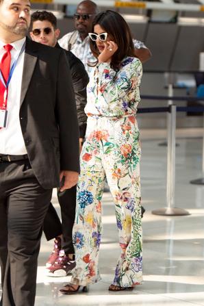 _ 27.07.2019 | Nick & sa femme Priyanka se sont envolé à JFK  pour Palerme en Italie :