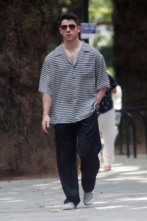 _ 04.08.2021 | Photos de Nick se promenant dans le quartier de Notting Hill à Londres :