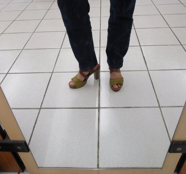 Essayages dans un magasin de chaussures  # 1