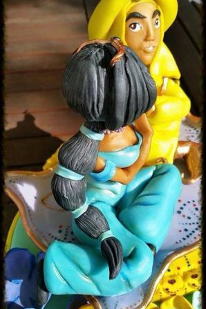 gateau recouvert de pate a sucre avec decor tout en pate a sucre sur le theme d' Alladin de disney