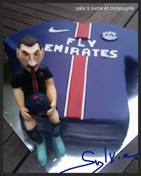 Cake Design Sur Le Theme Du Psg Avec Zlatan En Pate A Sucre Pate