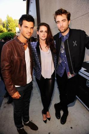 Robert, Kristen et Taylor grande victoire pour les Twilight au Teen Choice Awards 2012 !!! le beau couple son ensemblle au Teen Choice trop chou , top ou flop , beau goss TAYLOR ! <3