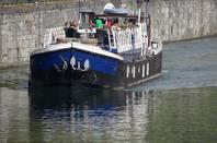 La Valse Lente balade ses hôtes - L'INACCESSIBLE (Seneffe), le 1er à rejoindre les ports de plaisance namurois   ;)