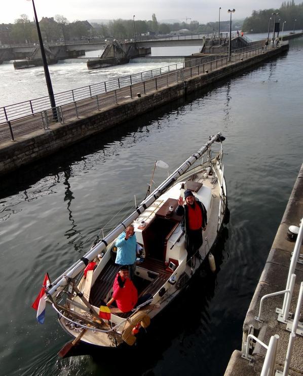 En première, le NOMADIS (B) Brugge, avec de l'orge en provenance de Givet et à destination d'Antwerpen, suivi par le plaisancier hollandais ANTARKI à destination de Cadix (E) qui croisera l'avalant chargé de ferraille, CORTEO-G.