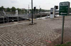 """Avant le prochain aménament du Ravel sur le site de l'écluse de La Plante (une piste asphaltée pour les cyclistes et piétons), une nouvelle signalisation vient d'être mise en place sur le parcours mosan """"La Meuse à Vélo"""". La batellerie apprécierait un même intérêt pour la signalisation sur nos voies navigables!   ;)"""