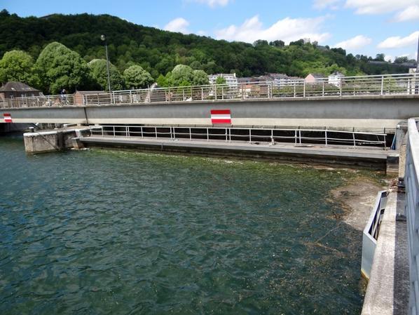 Barrage de La Plante, batardeau sur pertuis 1, vanne levée - Préparation pour les travaux de vidange et de protection des vannes.