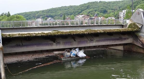 Barrage de La Plante - Une entreprise de plongeurs (DPE Diving Sprl) vide la vanne (déchets divers, bois, vase, moules, ...). Un autre entrepreneur procèdera ensuite au placement de grillages afin de limiter le remplissage à l'avenir!