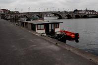 Les bornes de services (eau & électricité) installées Quai Régiment Commando (PAN - Port de Plaisance - amont pont de Jambes- en service) et  Quai des Chasseurs Ardennais (Ville de Namur- Bateaux HORECA - aval pont de Jambes- en service fin juin)