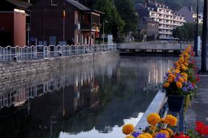La beauté des lumières matinales sur la Meuse namuroise pour compenser les actes de vandalisme! Faut laisser s'exprimer notre jeunesse après les apéros namurois... On titube au petit matin, de retour de la ville, pétard à la main...  Vive l'été  ;)