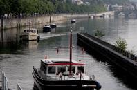 Courte nuit dans le sas pour notre petite famille de cygnes - Après une 1ère vague d'hollandais, le croisement de Hutois sur la Haute-Meuse  ;)