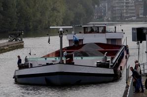 SHANA, entre Sambre et Meuse et marchand... avec un passionné de la batellerie à son bord  ;)  Un dernier voyage pour le CURSOR avant de rejoindre le chantier de Pont-de-Loup pour s'offrir un nouveau plancher...