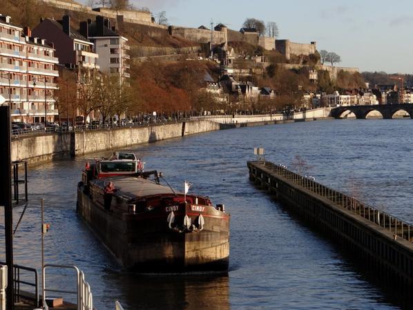 CINDY (F) pour un Lieshout-Givet-Lieshout...   Le retour de la balade mosane du HINDE sr.    Enfin, un bateau pour Yvoir, le TORDERA. - WIDAM, déjà de retour sur la haute-Meuse, avec attention... :)  LOMA descend avec de l'orge - Le Programme des JWE , dont la visite de notre écluse le weekend des 21 et 22 mars prochain  ;)