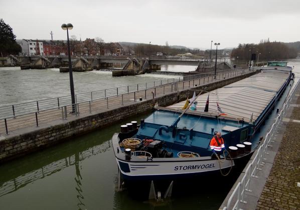 STORMVOGEL avec du blé pour la Hollande et notre pavillon régional, HELLBOY, avec son premier voyage de 2015 sur la haute-Meuse, pour un Yvoir (Fidevoye)-Zutendaal ...