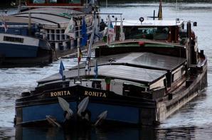 Le RONITA vers Herent suivi par le SPES MEA (2,35m.) libéré grâce à une flottaison plus favorable que prévue... (remise anticipée de la flottaison normale du bief namurois annoncée pour ce jeudi 21!)  Hélas, tous bloqués à Grands-Malades, à l'arrêt depuis la soirée du 19 pour cause d'avarie à hauteur de la porte amont :(