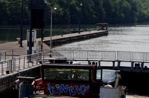 """33 bateaux par 33° à l'ombre... Courage à tous les bateliers qui souffrent de cette canicule...Si l'air conditionné est souvent présent dans leur habitat, ce n'est pas le cas dans la timonerie... :(   Reprise des croisières estivales entre Namur et Wépion, avec le prioritaire """"Meuse-Ardennes"""" à 15h15  ;)"""