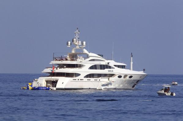 Rihanna sur un Yacht en France le 26 Juillet  ( Eze Sur Mer )