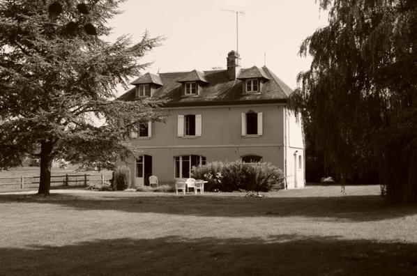 La maison de Normandie (on me la prête) et ses cheveaux .....