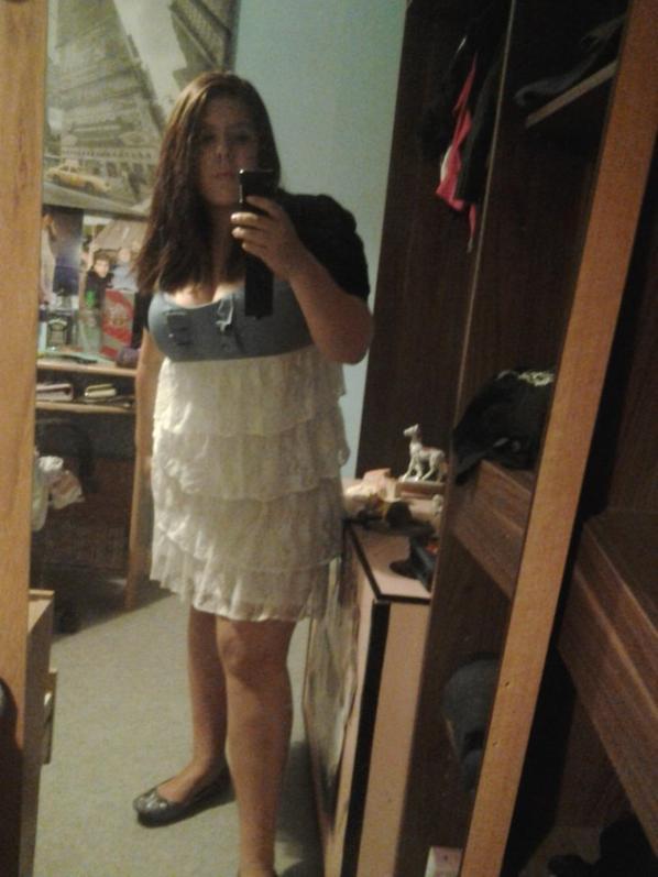 moi avant d'aller en soirée avec ma robe blanche