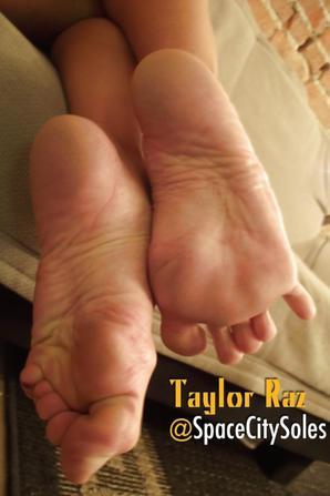 Taylor Raz la femme aux plus beau pieds au monde <3