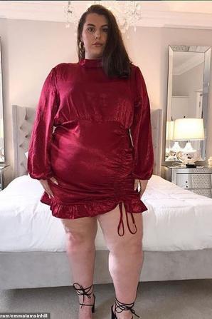 Elle affirme qu'être obèse ne l'empêche pas d'avoir des relations sexuelles tous les jours  L'histoire de cette jeune youtubeuse obèse est assez phénoménale puisqu'elle a décidé de casser les clichés qui sont liés aux personnes de son poids. Elle a d'ailleurs cassé le principal d'entre eux en affirmant qu'être obèse ne l'empêche pas d'avoir des relations sexuelles tous les jours.