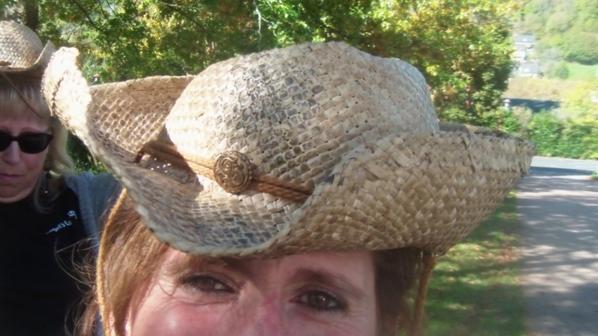 Anniversaire a Vic sur Cere il y a des chapeaux qui n'ont pas suporté le trajet !! lol