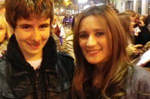 Je suis même en photo avec le frère de mon idole ๏_๏'