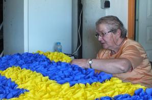 Nous aurons fait pas moins de 12400 fleurs Crépon appliqué sur une superficie de 22.50 m2 pour réaliser la Banderole qui je l'éspère fera sont effet au passage du Tour de France.