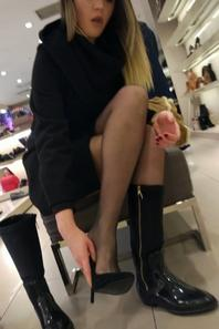 En magasin.. toujours sexy