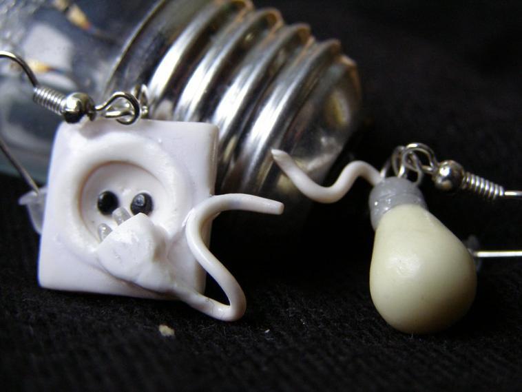 boucles d 39 oreilles prise l ctrique et ampoule phosphorescente bijoux perles et figurines. Black Bedroom Furniture Sets. Home Design Ideas