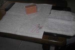cadeau swap n 11 ; une jolie  serviette brodée de mon initiale et un gant avec une petite savonette qui sent tres bon la canelle
