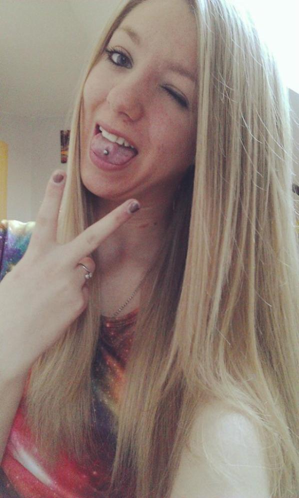 moi avec mon nouveau piercing (a la langue)