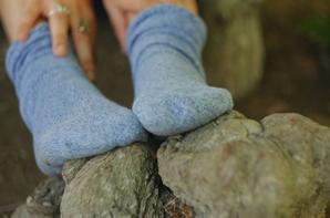 Mes chaussettes gris-bleues en pleine nature