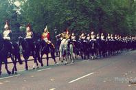 "Devant Buckingham Palace, La "" Cavalerie ? """