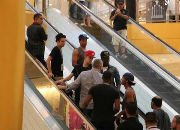 More ( Justin shopping with his dancers)