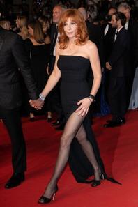 Cannes 2021 : Mylène Farmer divine en robe corset, sa silhouette parfaite fait sensation !