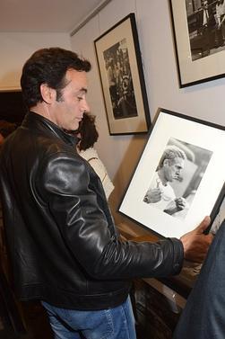 """Anthony Delon à """"Unseen McQueen: Barry Feinstein Exposition de photos"""" à la Galerie de L'Instant le Juin 18, 2015."""