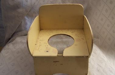 petit lit avec chaise percée jaune
