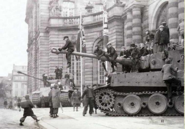 Palais des Rohan à Strasbourg, Présentations de matériels blindés dont un Char Tiger et un char Panther