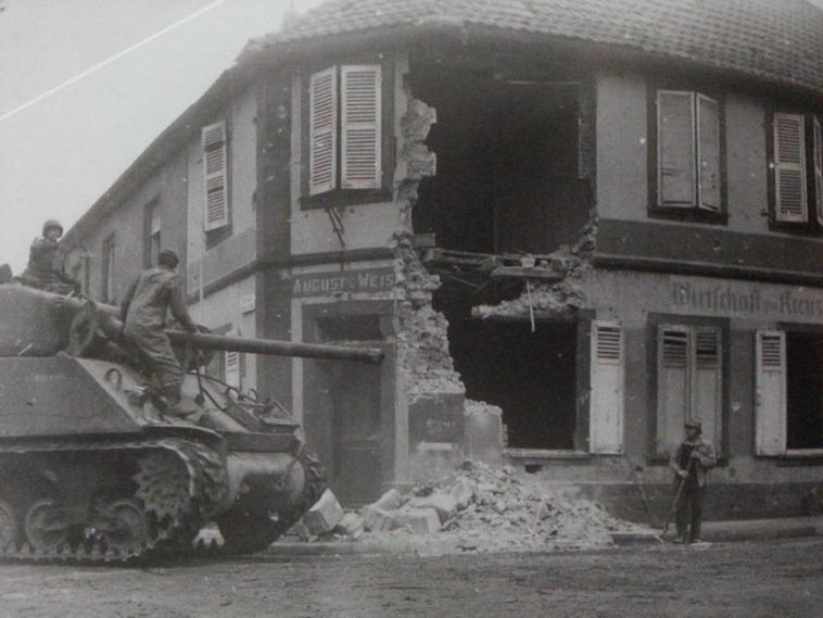 avant-apres rue de Haguenau à Pfaffenhoffen en 1945