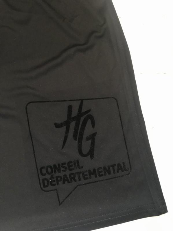Zooms sur les sponsors en feutrine noire