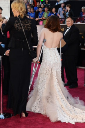 Kristen aux Oscars accompagnée de ses béquilles!