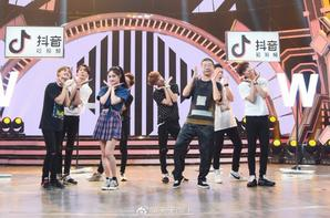 Photo de Kyulkyung sur le compte Weibo @/天天向上 !(2018.09.05)