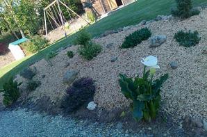 l'exterieur de ma maison ,(1partie)jai passer lapre smidi a mettre de lecorce dans ma rocaille,et nous faisons de la pelouse sur une nouvelle partie que lon ne se sert pas
