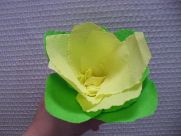 tentative de fleurs en papier crépon (a retravailler)