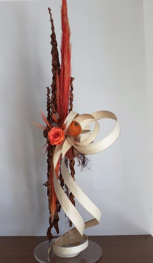 Composition en sec avec juste une rose stabilisée et deux coloquintes