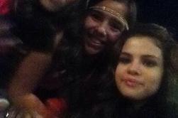 Selena posant avec des fans