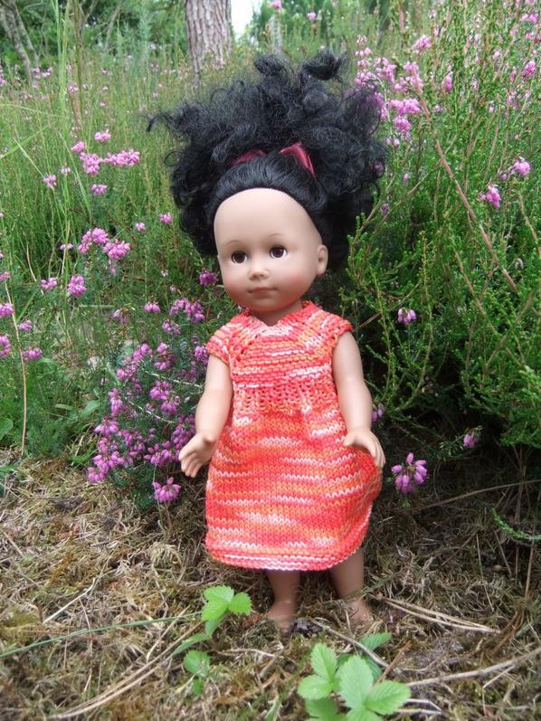 Une petite robe tricotée en coton.