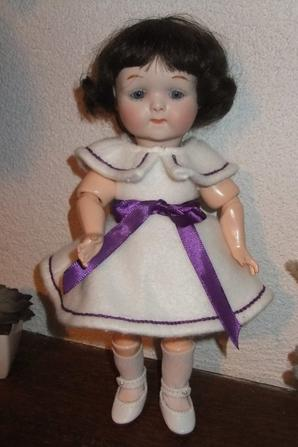 Mlle Mimi est toute mimi dans sa première robe, enfin!