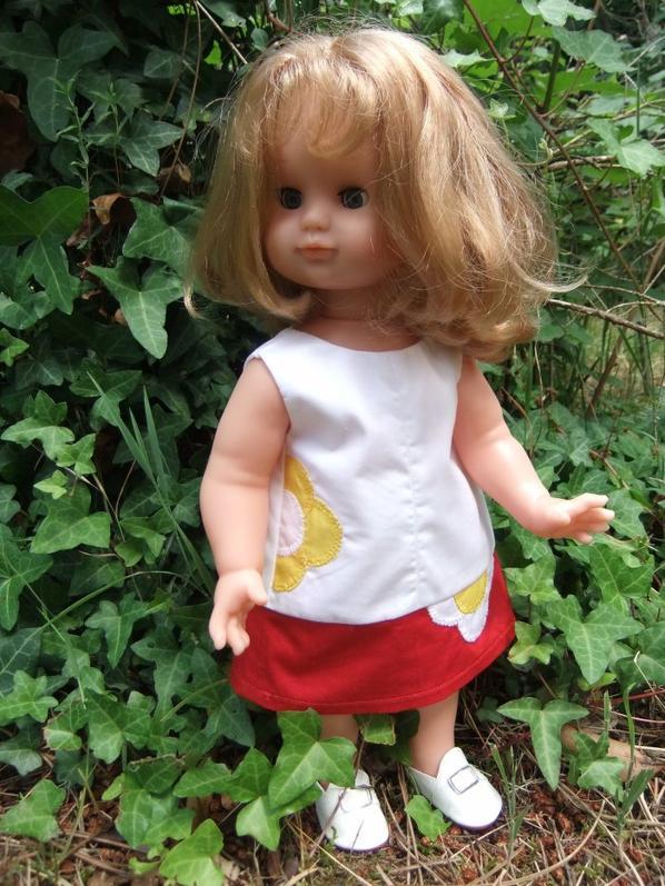 Emilie est à l'aise dans cette robe de juin 2013!